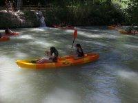 与朋友一起进行独木舟探险