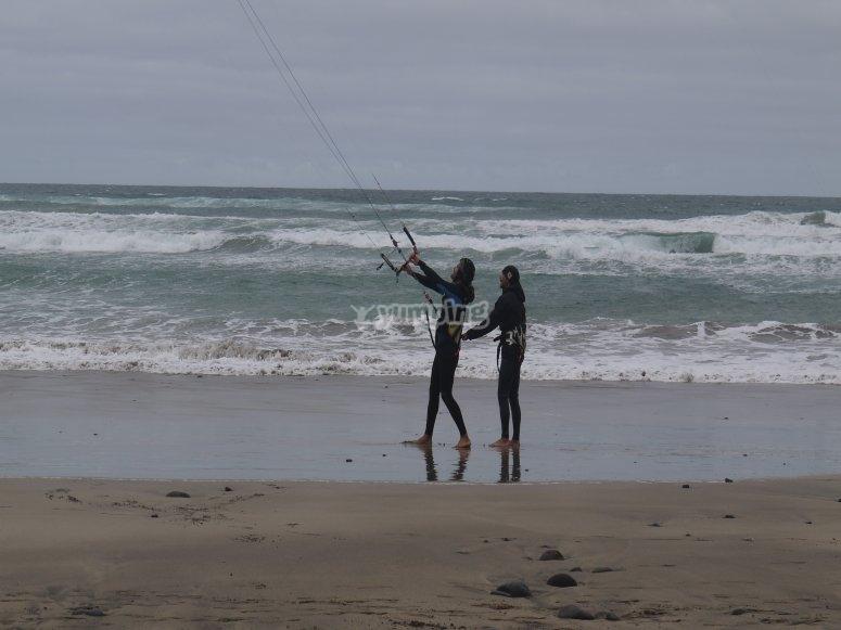 在兰萨罗特岛风筝冲浪卡莱塔德菲准备风筝冲浪私人球场