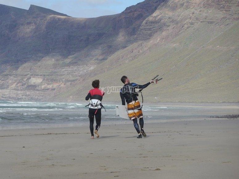 来自Caleta de Famara沙滩的风筝冲浪