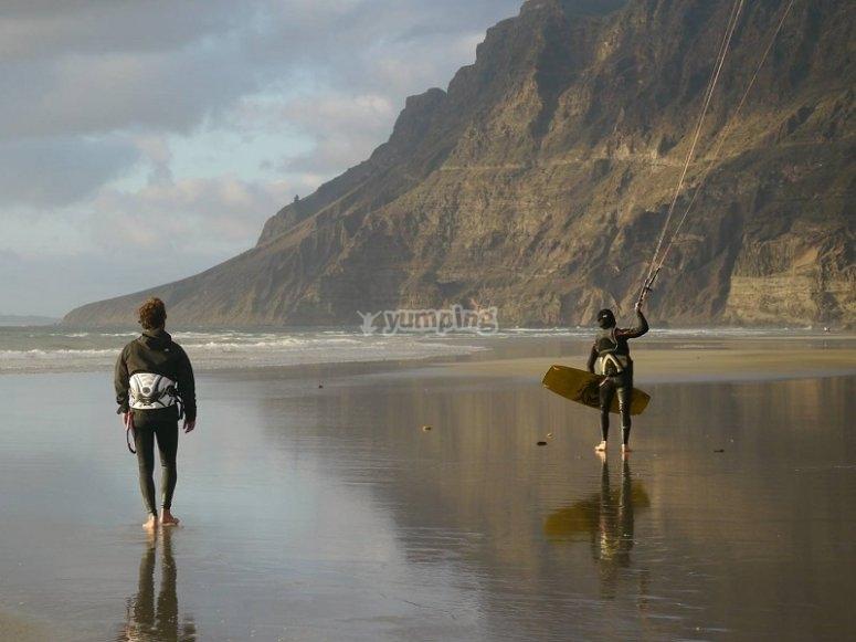风筝冲浪在风筝冲浪兰萨罗特在卡莱塔德菲法马拉实践