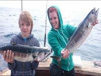 用手中的渔获物满意