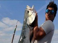 Cercare di sollevare il pesce che ha pescato