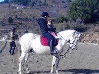 madre y su bebe montando a caballo