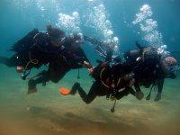 Alumnos de buceo en el mar