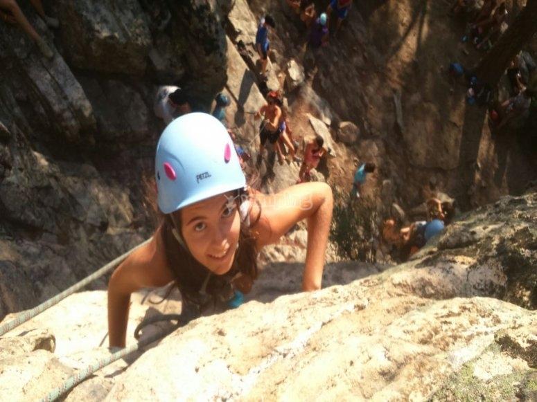 Escalada para niños en la montaña