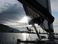 Barco iluminado por el sol entre las nubes
