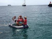Acercandose con el bote a la costa