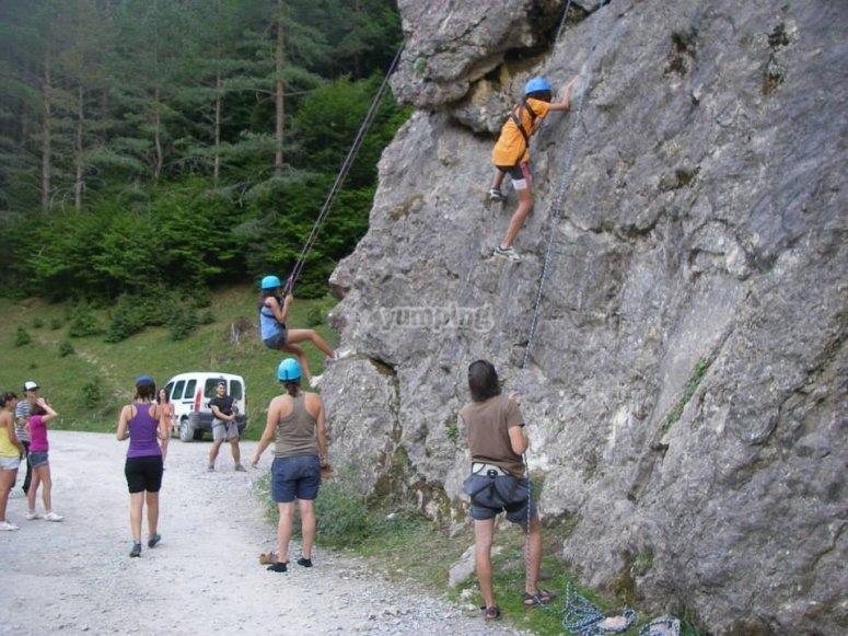 Practicando la escalada en roca natural