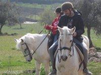En pareja y a caballo