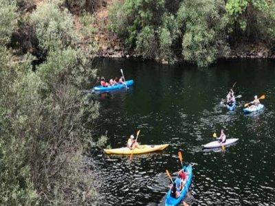 在 Júcar 划独木舟,在水库中,4 小时