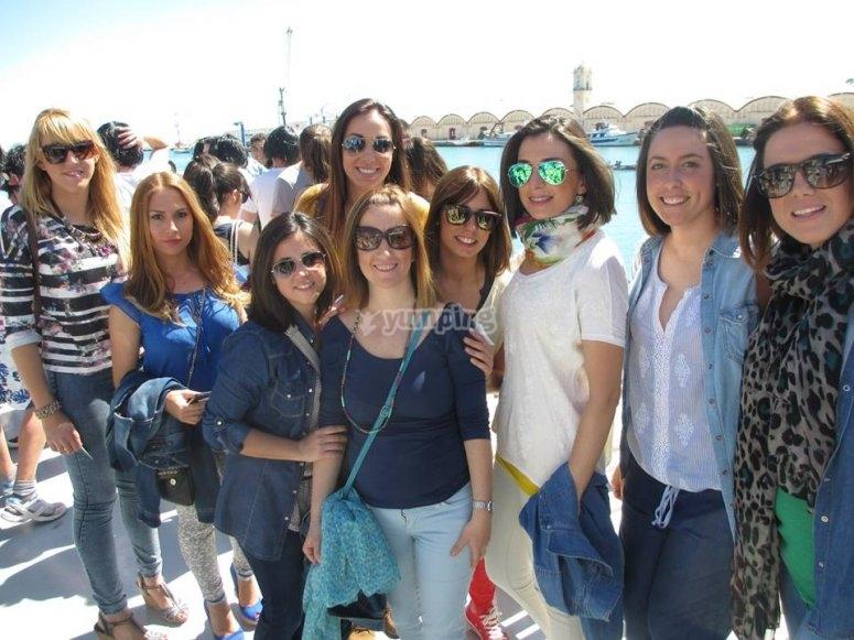 Gruppo di ragazze prima dell'imbarco