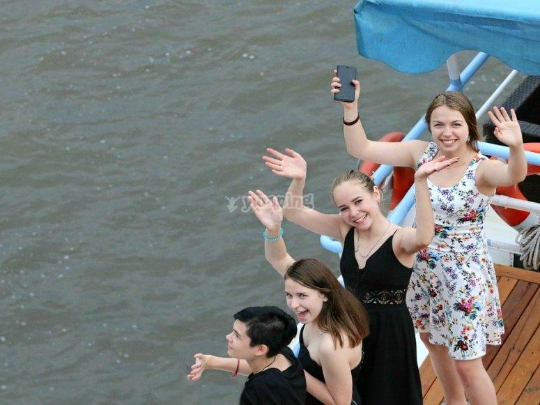 Chicas a punto de embarcar