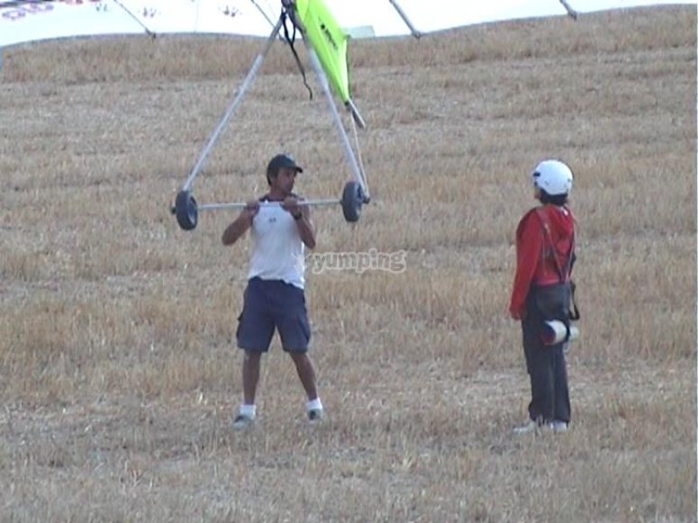 The hang glider floats by itself!