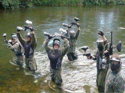 100个球迷彩漆弹运动和在河烤