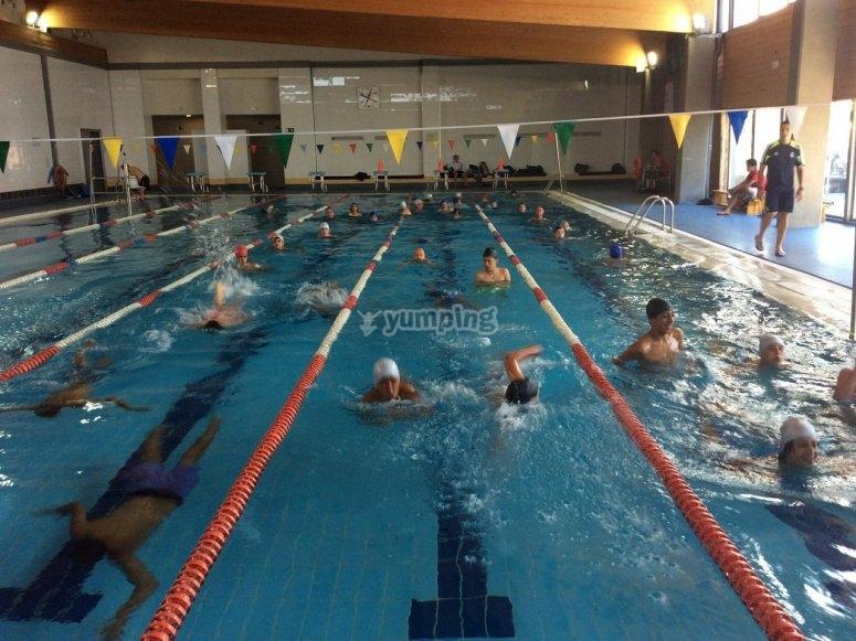 En la piscina entrenando
