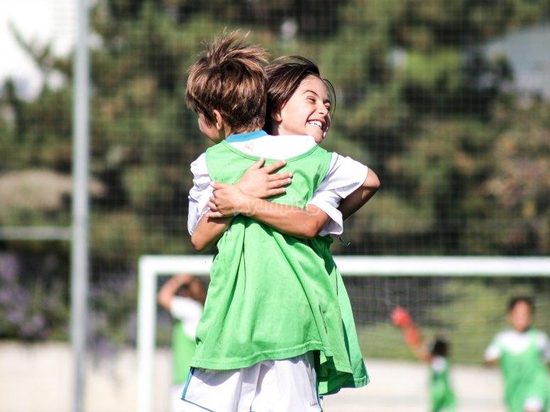 Jugadores abrazados en el campo