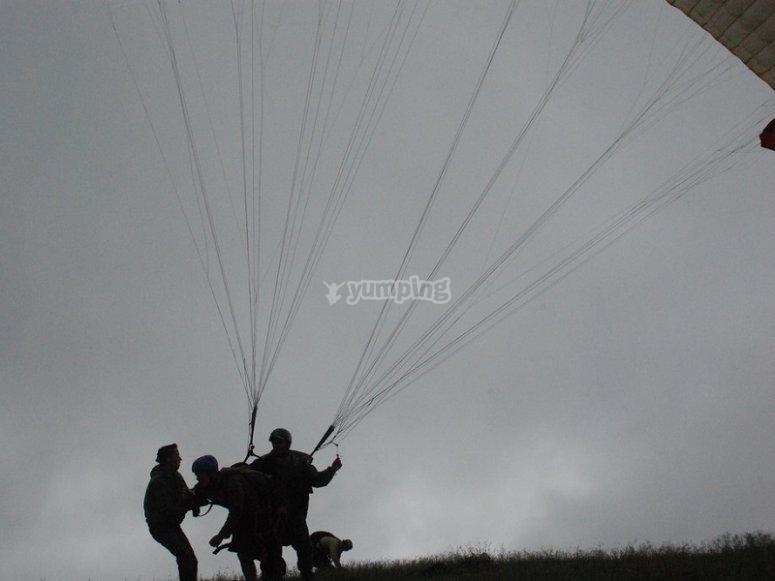 附近滑翔伞飞行会话从巴塞罗那附近的滑翔伞