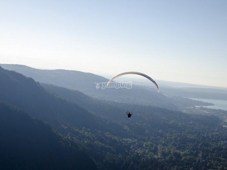 在巴塞罗那附近的滑翔伞飞行