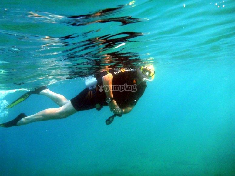usuario haciendo snorkel