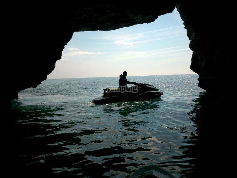 在洞穴中的水摩托车