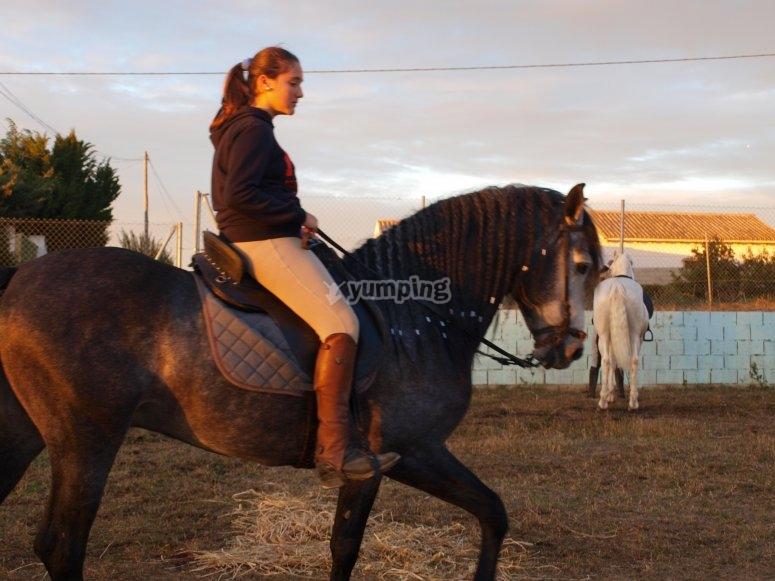 Alumna montando a caballo