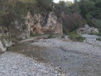 Riachuelo sobre las rocas