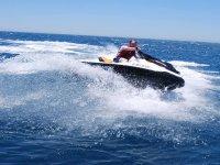 乘坐丰希罗拉的摩托艇