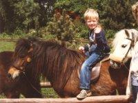 Niño montando en pony