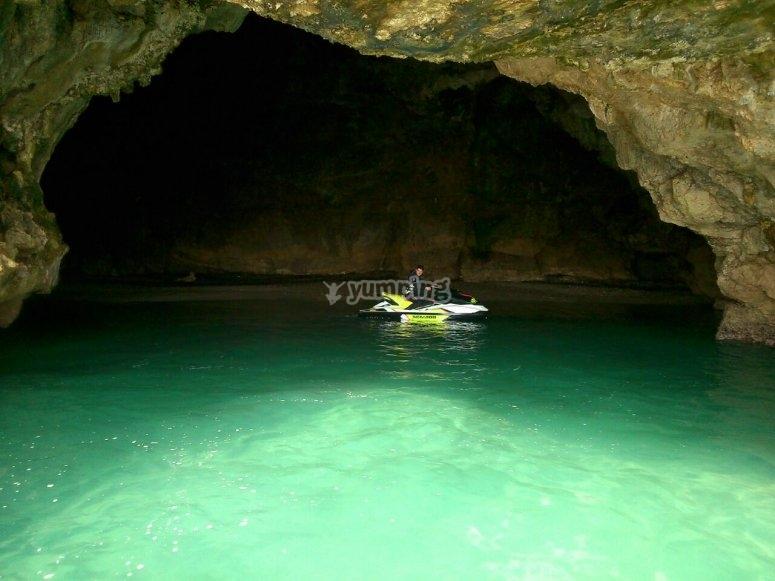洞穴入口处的水上摩托车