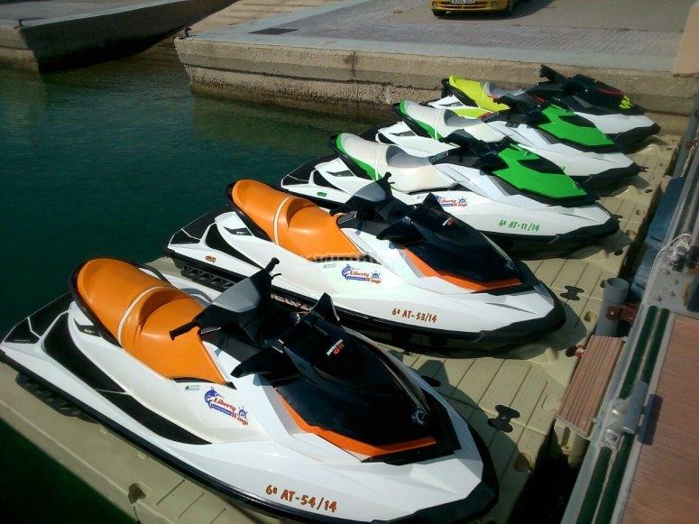 在港口的水上摩托艇
