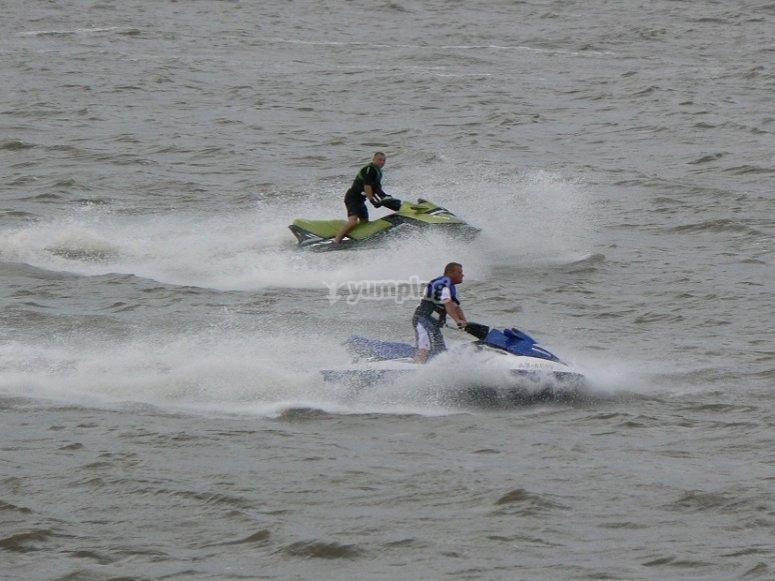 Corriendo juntos en motos de agua
