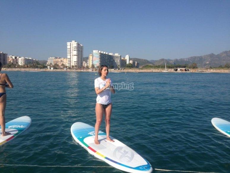 De pie sobre el paddle surf