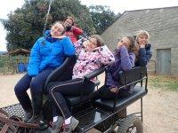 Posando divertidos en el carruaje