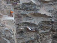 Saltando en puenting desde la roca