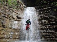 Bajando la cascada de agua