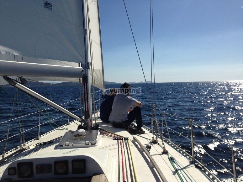Relajados en el velero