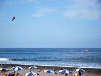 Vistas de parasailing desde la playa