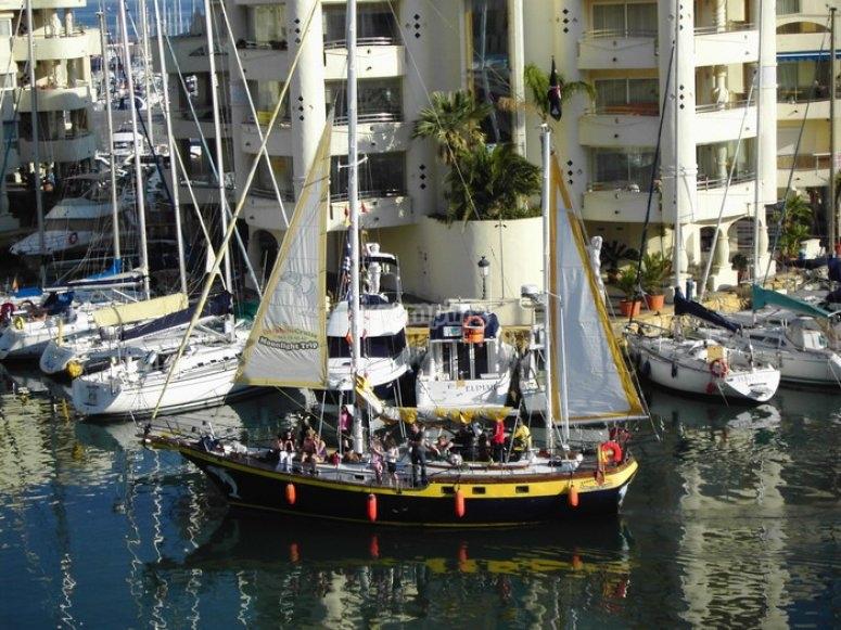 velero en el puerto