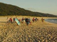 Clases de surf en la playa de la Fragata.