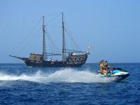 Huyendo de los piratas en la moto de agua