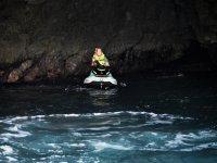 Dentro de la cueva con la moto de agua