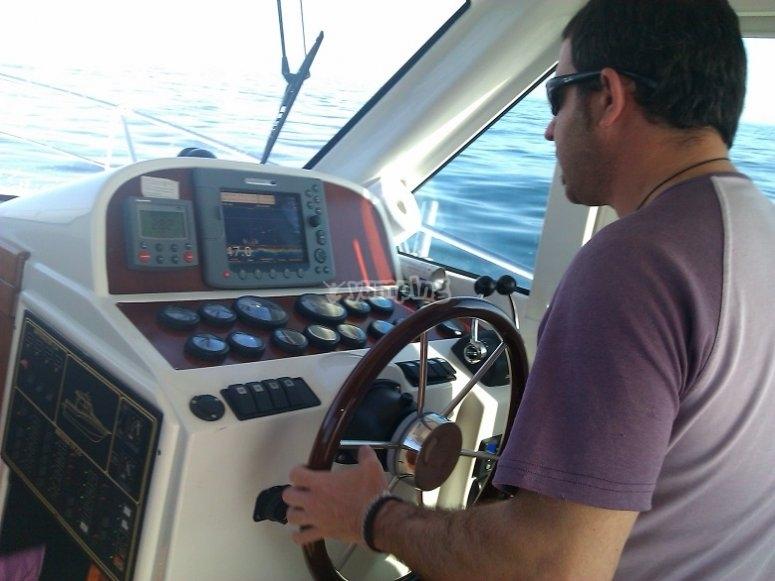 Al timon del barco