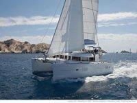 Catamarán en las costas de Ibiza.