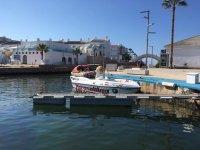 Embarcacion en puerto de parasailing