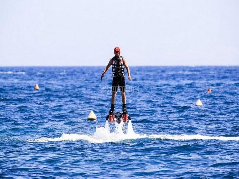 Probando el flyboard en el mar