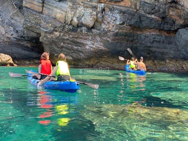 Llegando a la cala con los kayaks