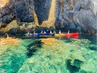在皮划艇的洞穴中