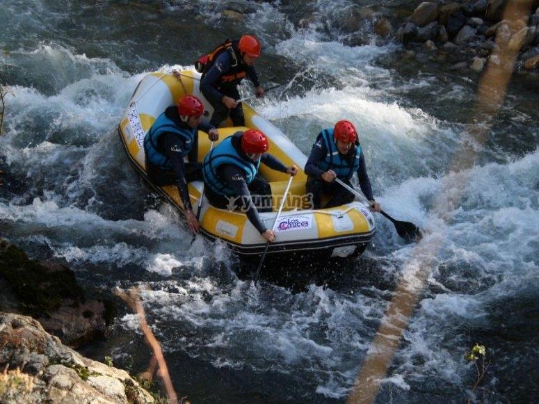 Luchando contra la corriente en rafting