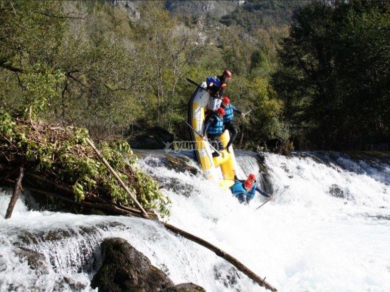Un momento muy divertido en rafting