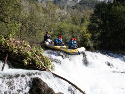 在Cares河上的阿斯图里亚斯漂流2小时